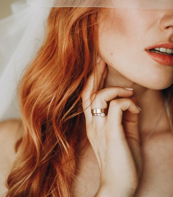 Concurso lábios e pele de noiva encantadora com cabelo encaracolado vermelho Foto gratuita