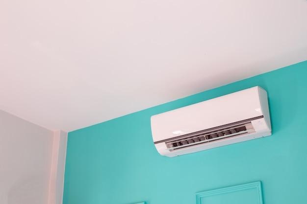 Condicionador de ar moderno na parede azul no quarto em casa, ninguém. Foto Premium