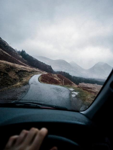 Condução através das terras altas Foto Premium