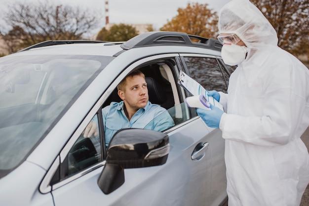Conduzir na amostra de coronavírus Foto gratuita