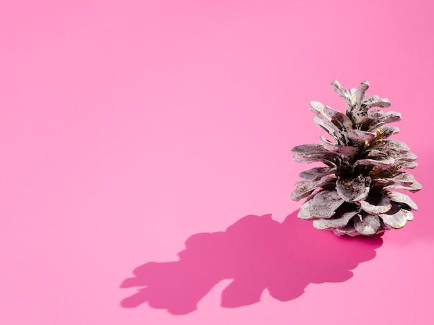 Cone com sombra no fundo rosa Foto gratuita