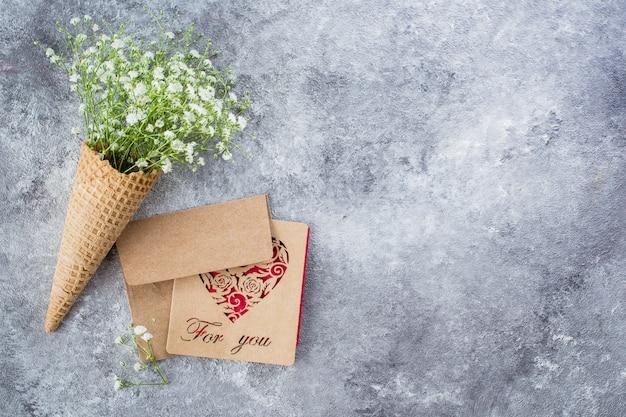 Cone de waffle com gypsophila e cartão Foto Premium