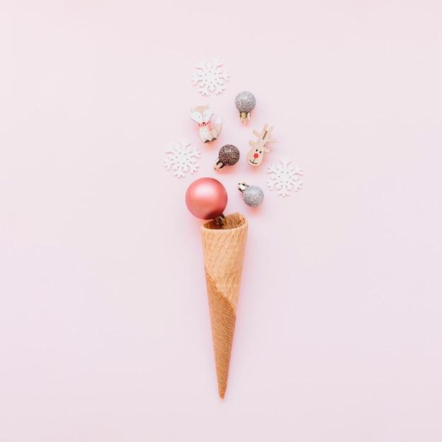 Cone de waffle com pequenas bugigangas brilhantes Foto gratuita