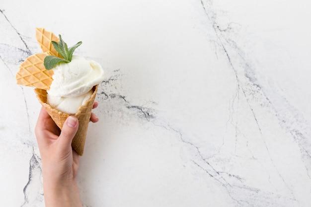 Cone de waffle de sorvete de baunilha decorado Foto gratuita