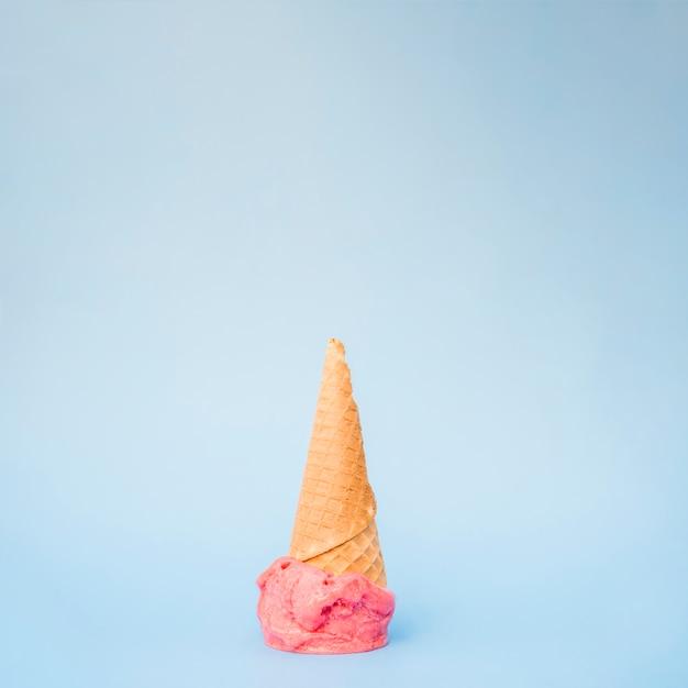 Cone de waffle fresco de sorvete Foto gratuita