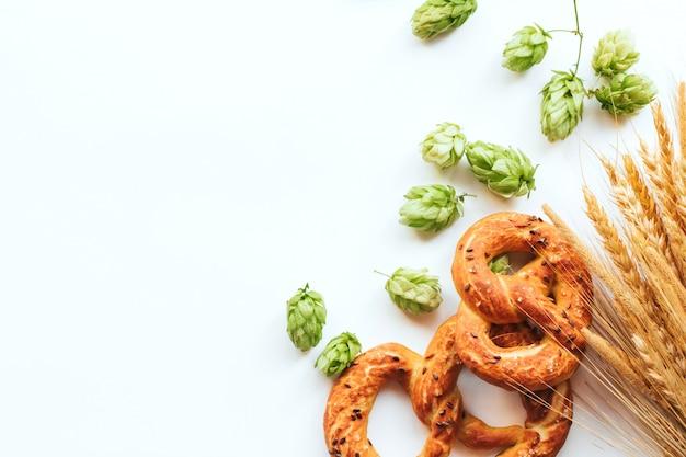 Cones de lúpulo e pretzels em branco Foto Premium