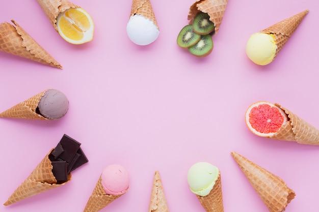Cones de sorvete círculo com espaço de cópia Foto gratuita