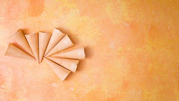 Cones de sorvete crocantes em branco Foto gratuita