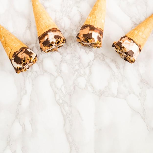 Cones de sorvete de vista superior Foto gratuita