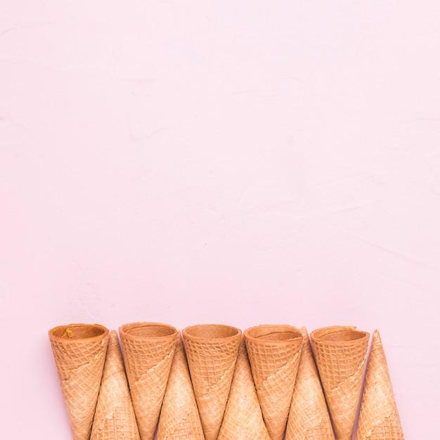 Cones de sorvete não preenchidos Foto gratuita