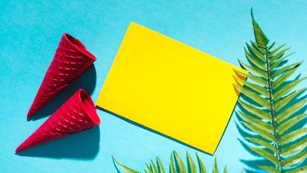 Cones de waffle e folha de papel na luz de fundo Foto gratuita