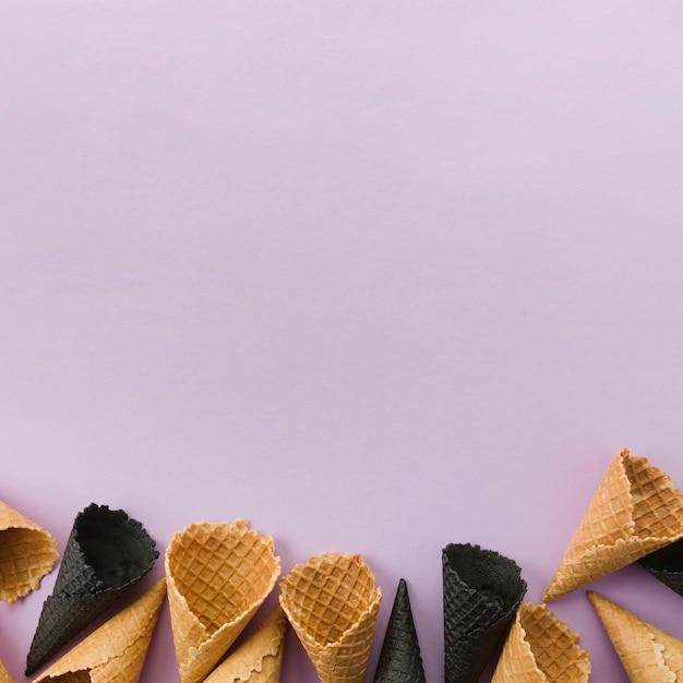 Cones de waffle não preenchidos normais e a carvão Foto gratuita