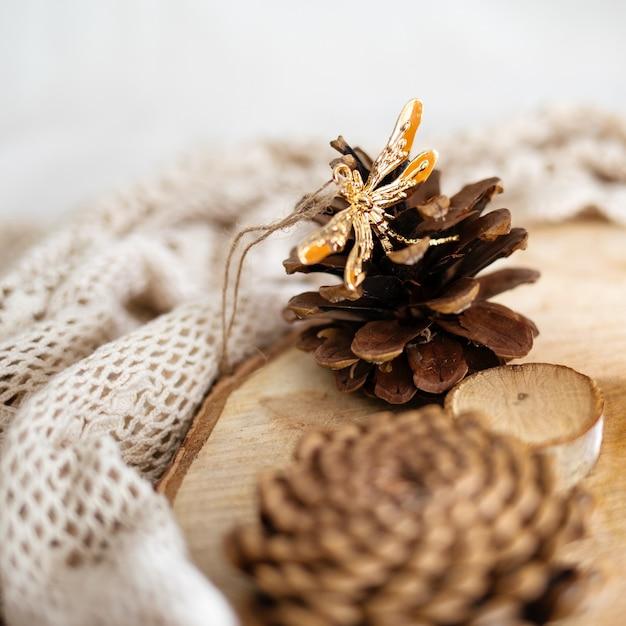 Cones em um toco de madeira cercado por tecidos de renda branca Foto gratuita