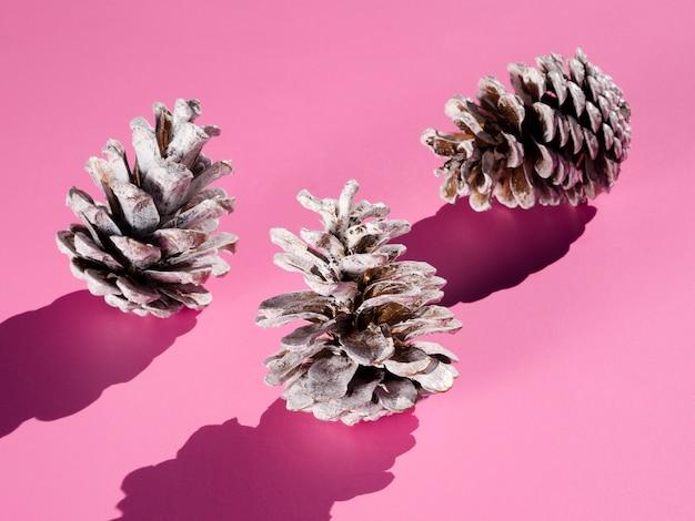 Cones gelados em fundo rosa Foto gratuita