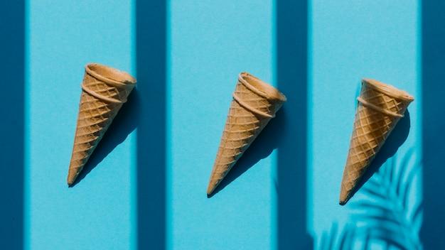 Cones vazios do waffle na fileira na tabela Foto gratuita