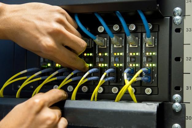 Conexão de fibra ótica no swtich da rede principal Foto Premium