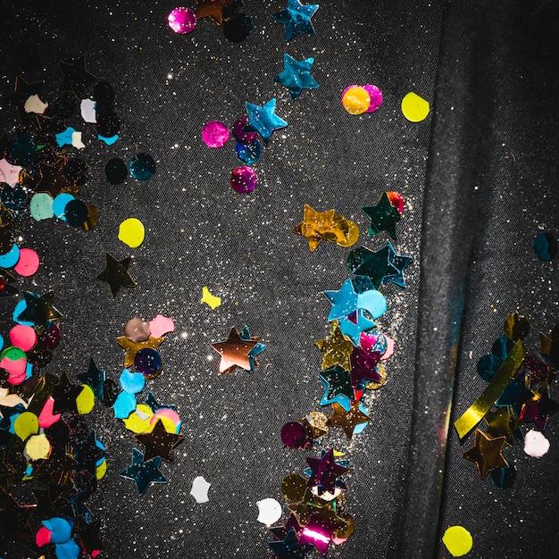 Confete colorido no chão depois da festa Foto gratuita