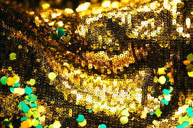 Confete sobre fundo dourado brilhante Foto gratuita