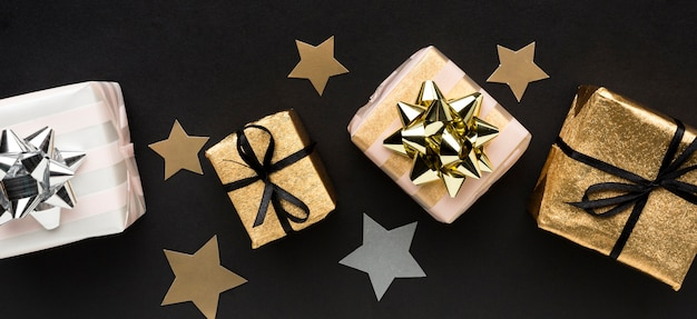 Confetes de estrelas com presentes Foto gratuita