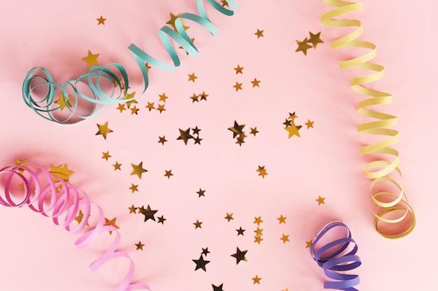 Confetes metálicos estrela vista superior Foto gratuita