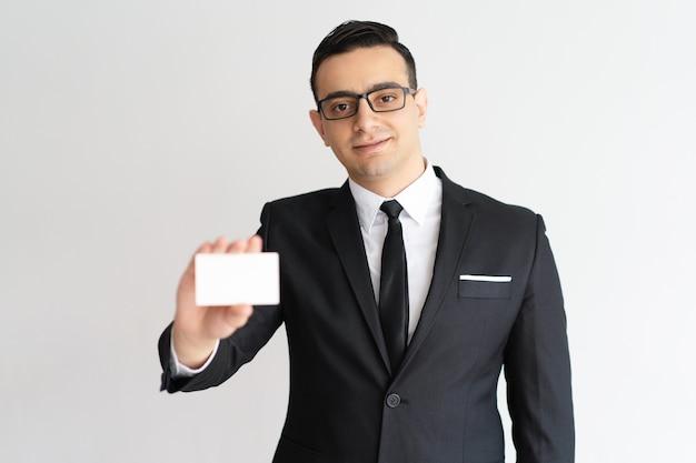 Confiante, raça misturada, macho, advogado masculino, mostrando, cartão negócio, e, olhando câmera Foto gratuita