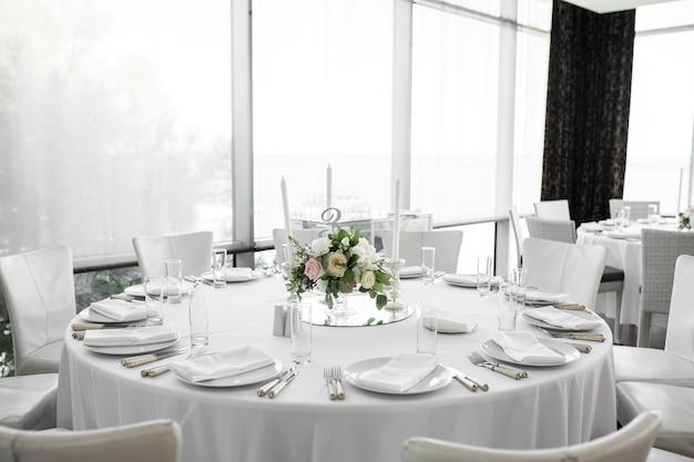 Configuração de mesa de casamento decorada com flores frescas. Foto Premium