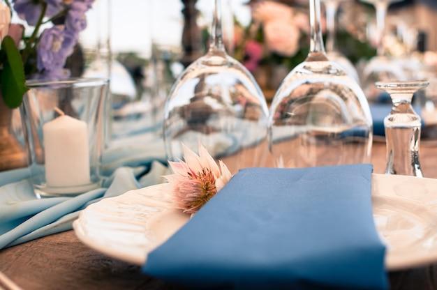 Configuração de mesa de decoração azul Foto Premium
