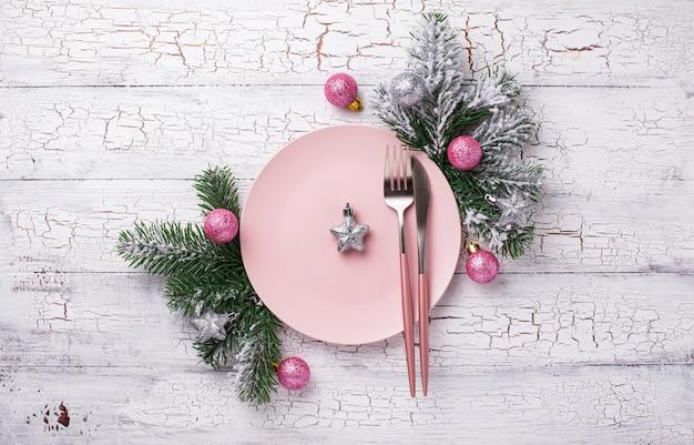 Configuração de mesa de natal na cor rosa Foto Premium