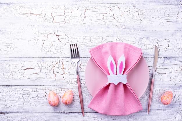 Configuração de mesa de páscoa na cor rosa Foto Premium