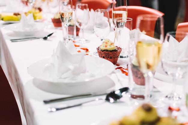 Configuração de mesa em uma festa de casamento Foto gratuita