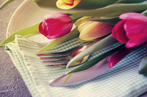 Configuração de mesa festiva com tulipas para aniversário Foto Premium