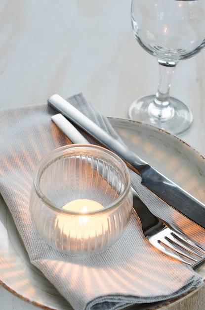 Configuração de mesa festiva com vela. Foto Premium