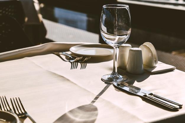 Configuração de mesa no interior do restaurante elegante. Foto Premium