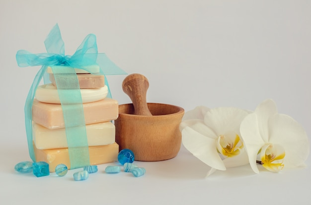 Configuração de spa com sabonetes naturais Foto Premium