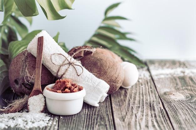 Configuração de spa e bem-estar com flores e toalhas. composição brilhante com flores tropicais. produtos naturais dayspa com coco Foto gratuita