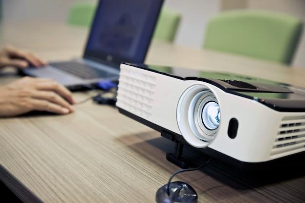 Configuração e instalação do projetor. Foto Premium