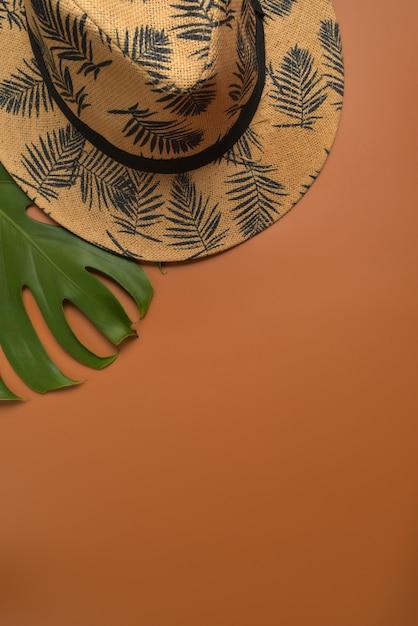 Configuração lisa, espaço de trabalho da vista superior no fundo marrom com espaço da cópia. Foto Premium