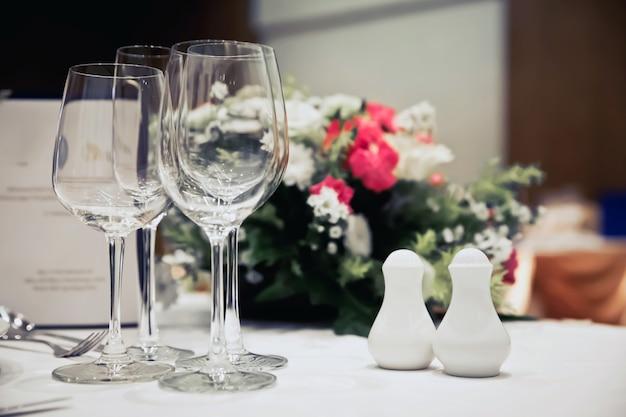 Configurações de mesa de luxo para um jantar elegante Foto Premium