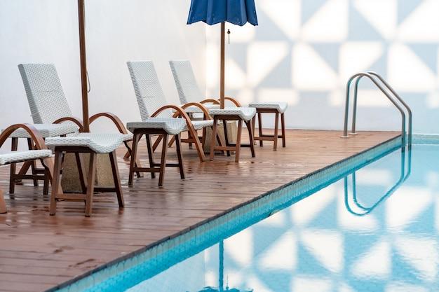 Confortável cadeira na piscina, cadeira moderna. Foto Premium