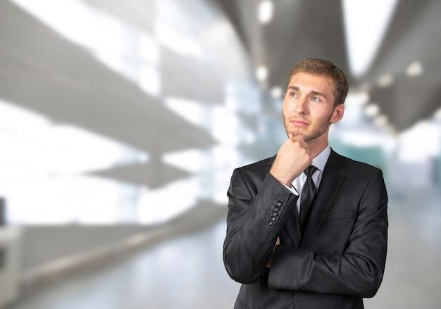 Confuso jovem empresário pensando Foto Premium
