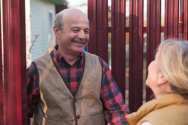 Conhecendo os vizinhos nas casas de campo da vila Foto Premium