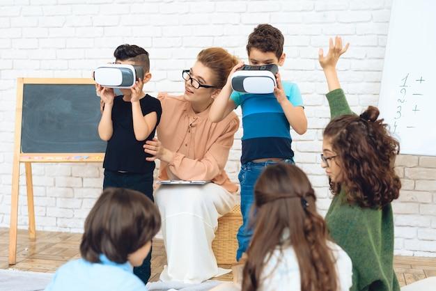Conhecimento das crianças com alta tecnologia Foto Premium
