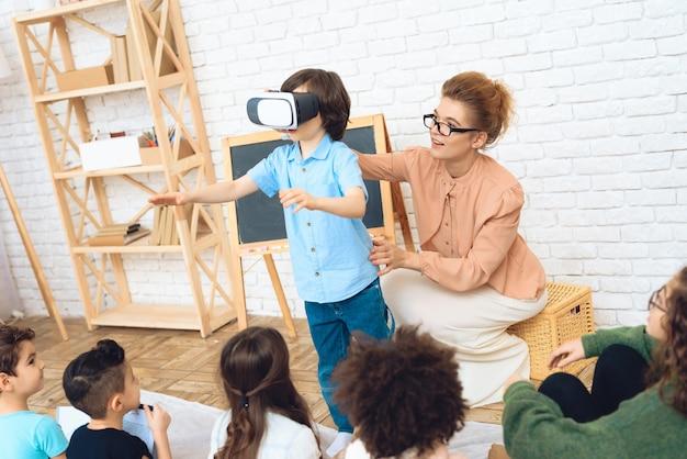 Conhecimento de crianças com alta tecnologia. Foto Premium