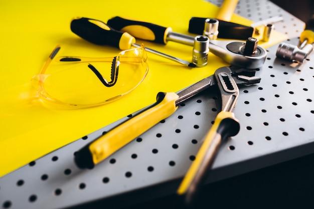 Conjunto amarelo de ferramentas Foto gratuita