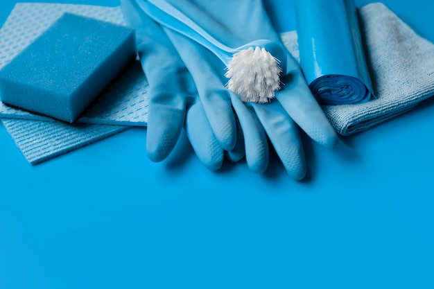 Conjunto azul para limpeza de primavera na casa. Foto Premium