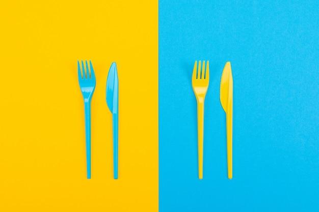 Conjunto colorido de garfos vibrantes e faca isolada no preto Foto Premium