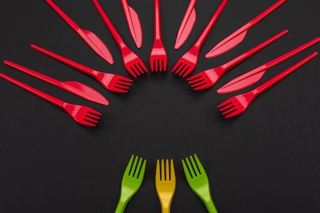 Conjunto colorido de garfos vibrantes e faca no preto Foto Premium
