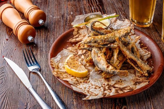 Conjunto com frutos do mar, pequeno peixe do mar frito, comida que geralmente é servida com cerveja Foto Premium