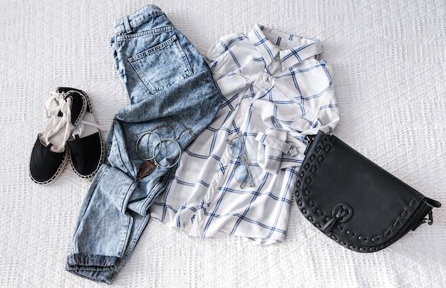 Conjunto com roupas da moda feminina, camisa, jeans e bolsa. olhar da moda na moda. postura plana. Foto gratuita