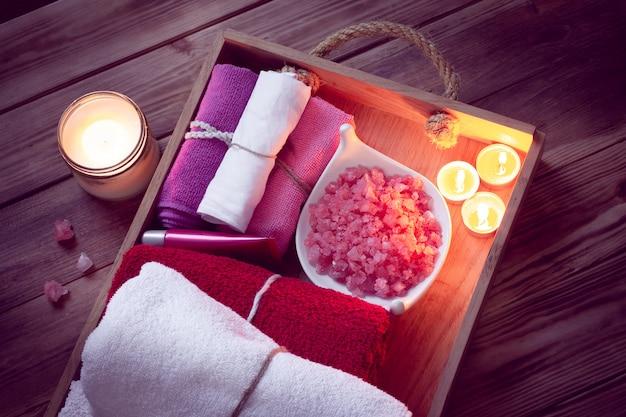 Conjunto de acessórios de balneário para spa em iluminação discreta Foto Premium